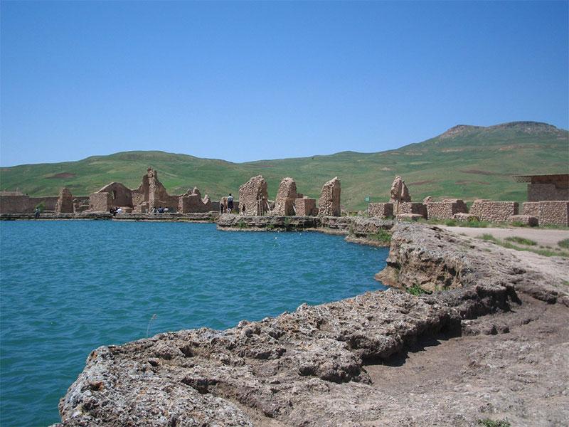Takht-e Soleyman Lake